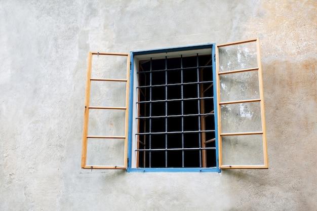 建物の外にバーのある古い木製の窓。テキスト用のスペース