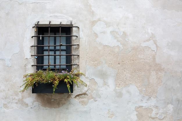 バーのある古い木製の窓。テキスト用のスペース