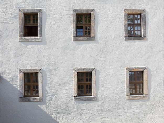 建物の外のコンクリートの壁にある古い木製の窓