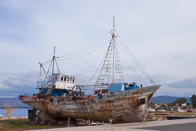Старый крушение рыбацкой лодки