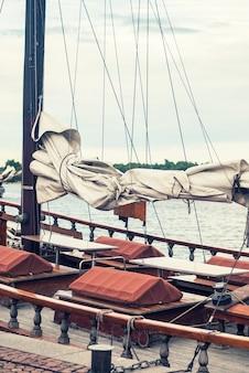 핀란드 헬싱키 항구의 부두에서 오래된 요트
