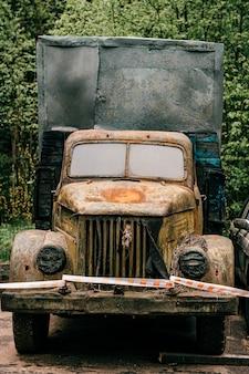古い黄色のレトロなさびたトラック屋外