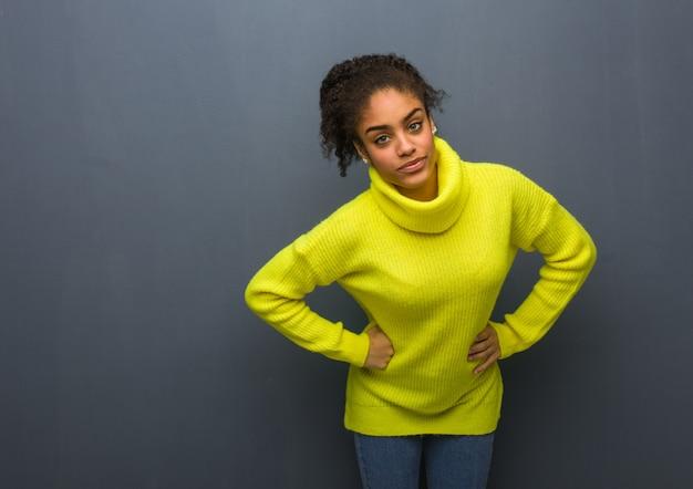 非常に怒っている誰かをoldる若い黒人女性