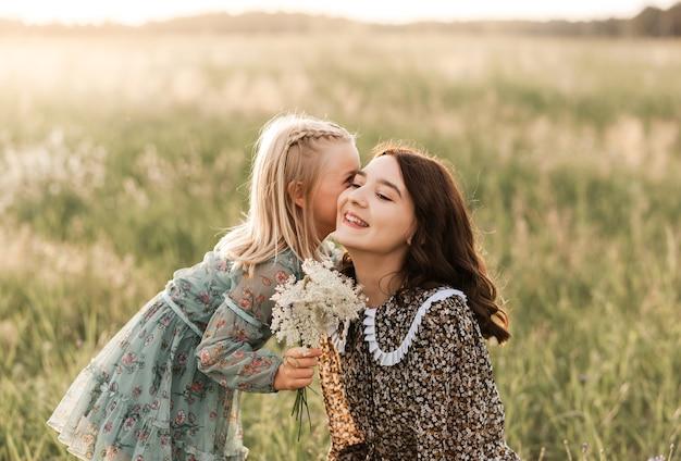 夏は姉と妹が自然の中を一緒に歩きます。姉妹は抱擁し、なだめる