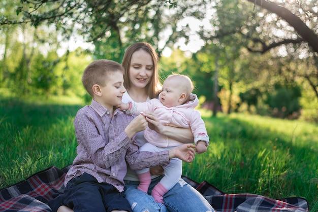 오빠와 여동생과 공원. 자연에 가족 피크닉. 모성과 어린 시절