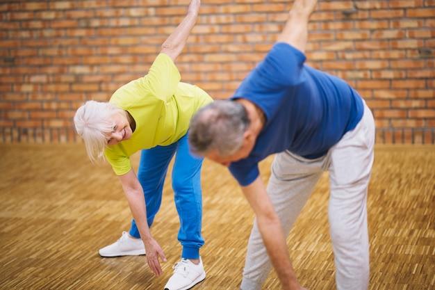 Пожилая пара в фитнес-студии