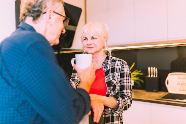 Пожилые пары в отставке домой пить кофе