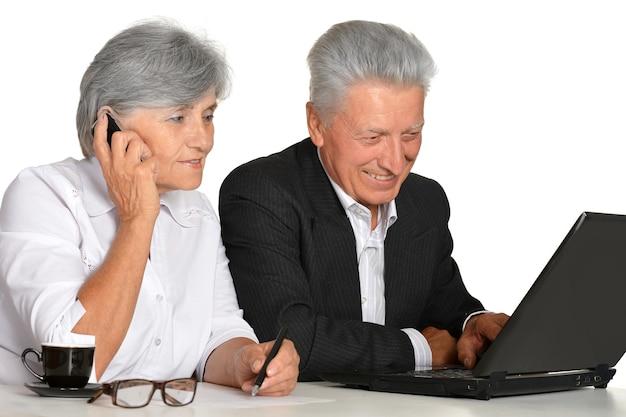 白い背景の上の職場の老夫婦