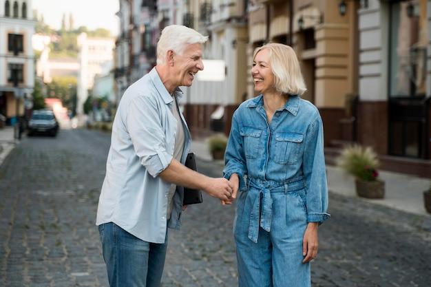 Coppia di anziani all'aperto in città insieme