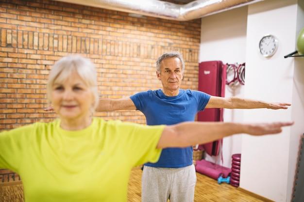 Allenamento di coppie anziane