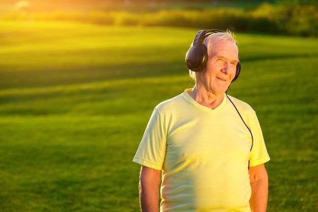 Пожилой мужчина с наушниками