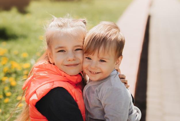 姉は夏に公園で弟を抱きしめる