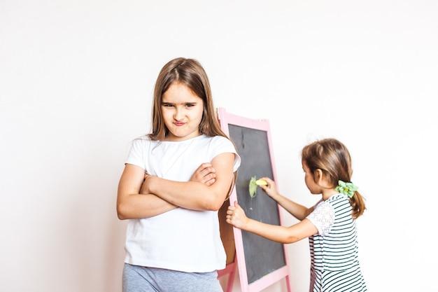 누나는 더 어린에 화를 냈다