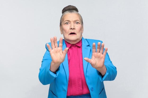 나이 든 여자는 무서워 얼굴을 가지고