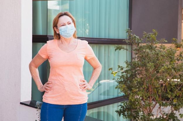 彼女の顔にマスカラを持つ年上の女性。コロナウイルスの概念