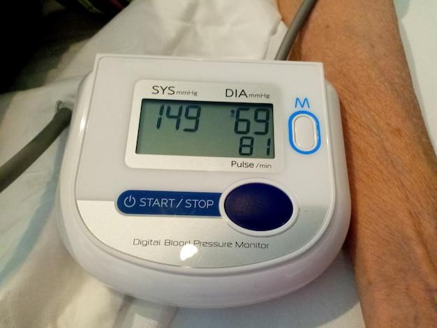 年配の女性の健康は、デジタル圧力計で血圧と心拍数をチェックします