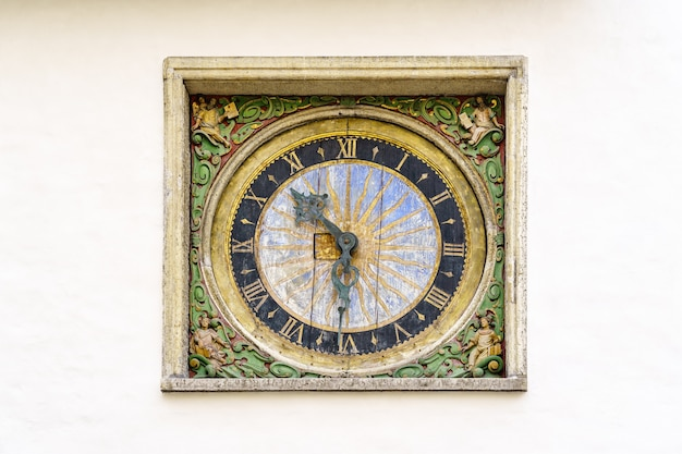교회 탑에 있는 나무로 만든 유럽에서 가장 오래된 시계. 탈린 에스토니아.