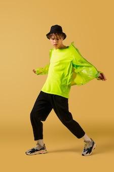 노란색 배경에 고립 된 춤 올드 스쿨 구식 젊은 남자