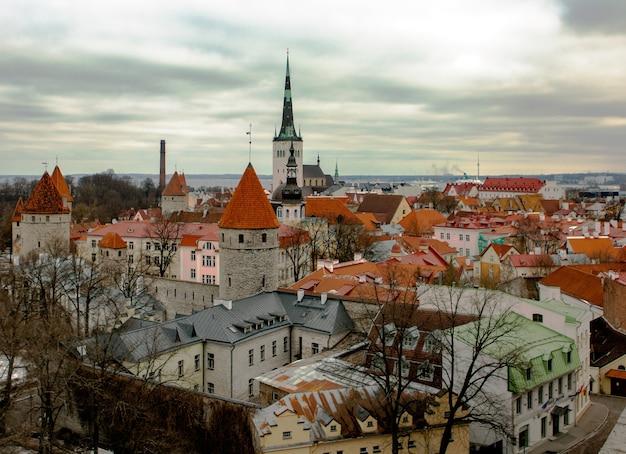 Церковь олевисте вид на знаменитую крепостную стену и кафедральный собор с башнями старого города в таллинне эстония