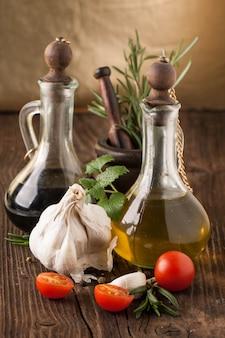 オリーブオイルと酢、ニンニク、ハーブとトマト
