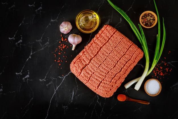 올리브 오일, 마늘, 다진 고기, 후추 및 신선한 파 미트볼 요리 재료