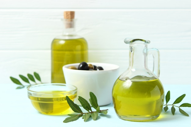 올리브 오일 녹색 잎과 올리브 테이블에