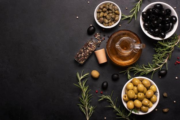 オリーブ、ハーブ、スパイス、上面とガラス瓶の中のオリーブオイル