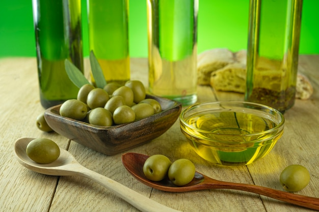 В прозрачную миску наливают оливковое масло.