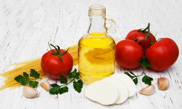 Olive oil, mozzarella cheese, spaghetti, garlic and tomatoes