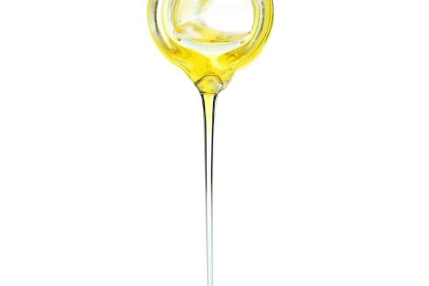 올리브 오일은 흰색 절연 병에서 쏟아져