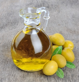 Оливки и бутылка оливкового масла