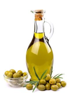 Оливки и масло крупным планом на белом