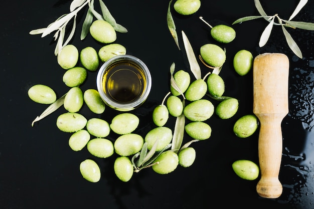 Olive e rosmarino vicino all'olio d'oliva