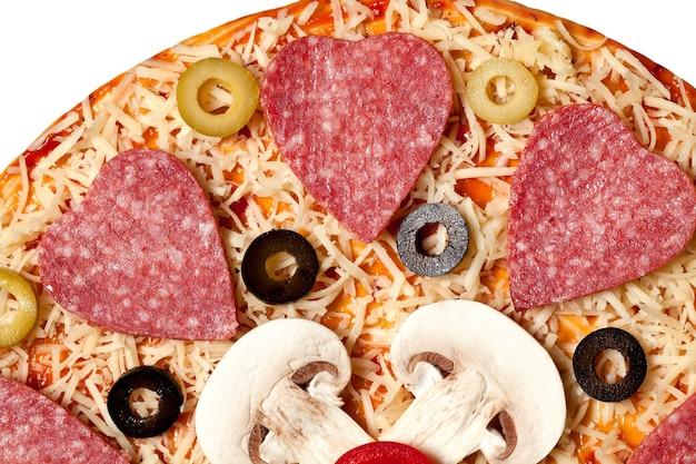 ピザ生地の上に横たわるオリーブ、ソーセージ、マッシュルーム、チーズ