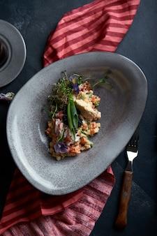 暗い空間で、カキの形をした美しいボウルにカニ肉を入れたオリビエ。決して食べ物の写真、フードファッションのコンセプト。健康的な栄養。