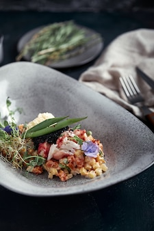 牡liviの形の美しいボウルにカニ肉とオリビエ