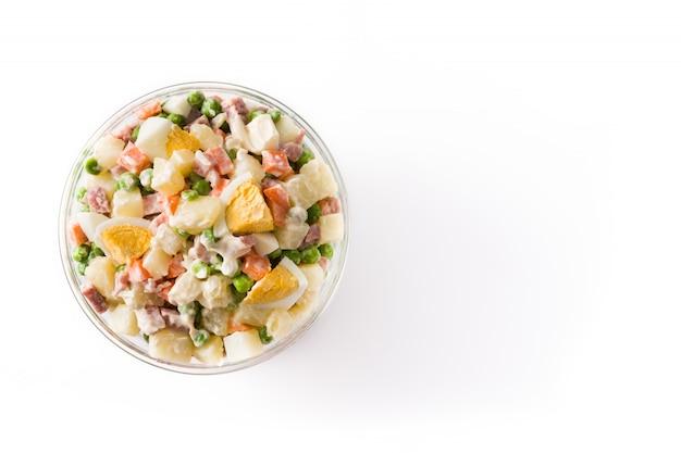 Традиционный русский салат, салат olivier изолированный на белизне. вид сверху.