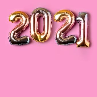 番号2021の形でoloredフォイルバルーン。新年のコンセプト。