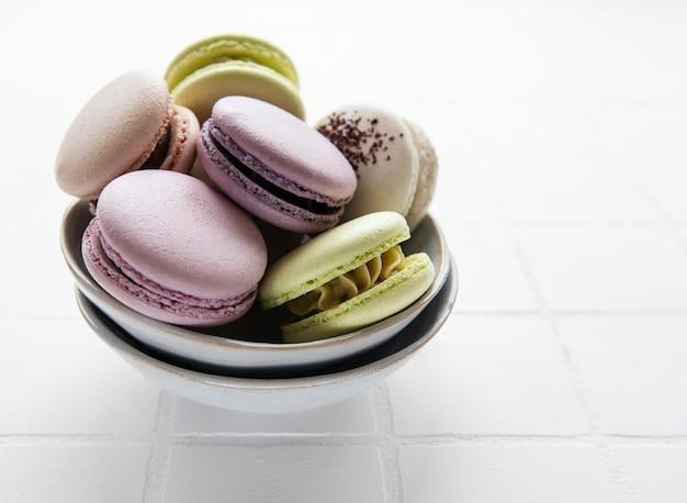 Разноцветные французские миндальное печенье на поверхности плитки