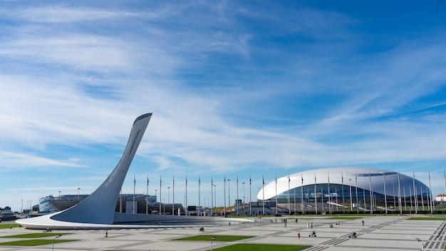 소치 러시아의 올림픽 성화 파이어버드와 분수 피시트 스타디움