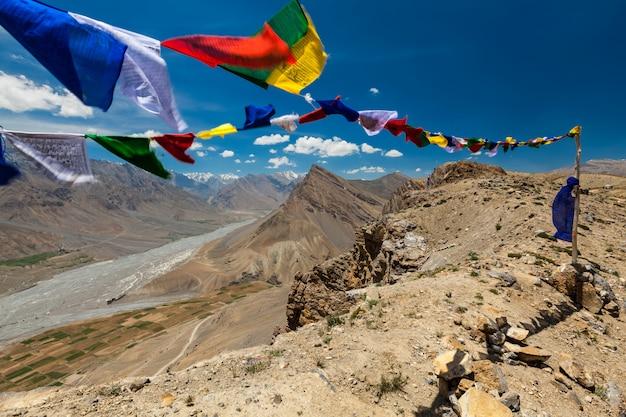 仏教の祈りは「om mani padme hum ...」のマントラが書かれたルンタにフラグを立てます。インド、スピティバレー