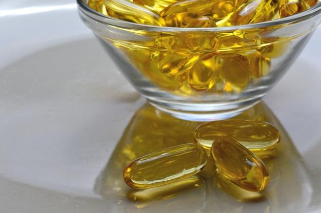 유리 접시에 오메가-3와 비타민 d 생선 기름 캡슐.