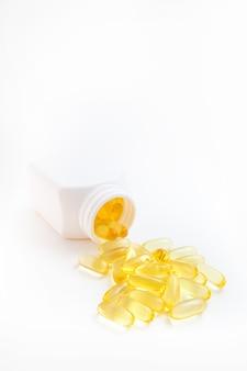 흰색 배경에 항아리에서 쏟아져 나오는 오메가 3 알약