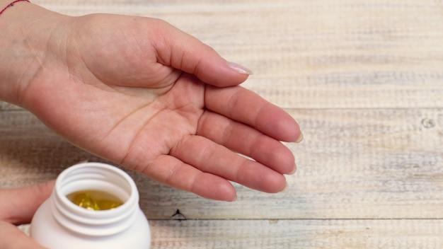 Омега-3 витамины в руке. селективный фокус природа