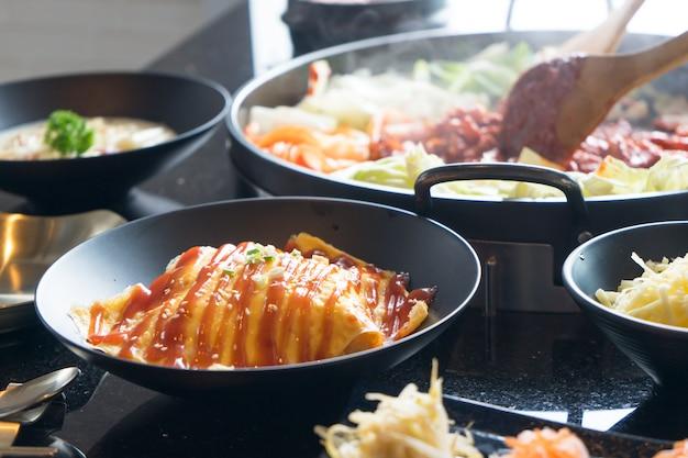 Омлет и яичница с томатным соусом / кетчупом и луком сверху.
