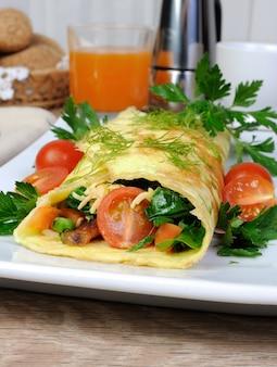 허브와 토마토를 곁들인 오믈렛 속을 채운 야채