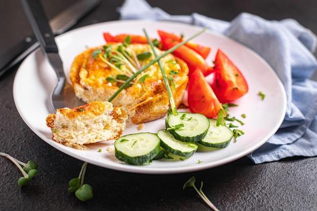 オムレツ野菜目玉焼き朝食サラダトマトきゅうり生鮮食事おやつ
