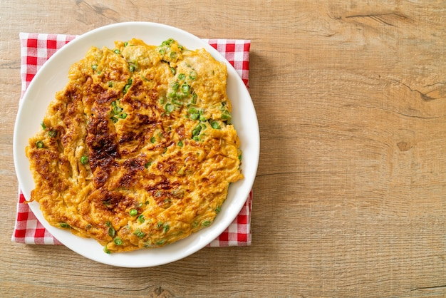 긴 콩 또는 소 완두콩을 곁들인 오믈렛-수제 음식 스타일