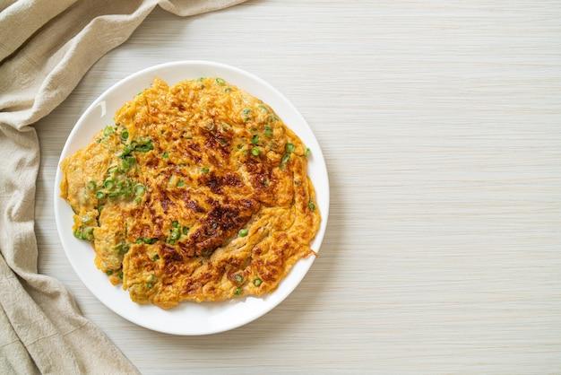 긴 콩 또는 암소 완두콩을 곁들인 오믈렛 - 집에서 만든 음식 스타일