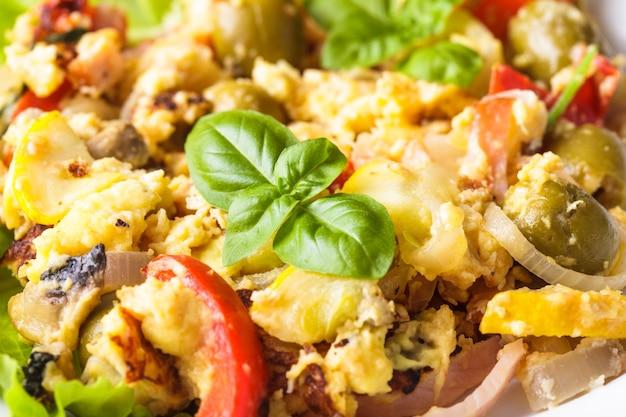 皿に野菜とベーコンのオムレツ